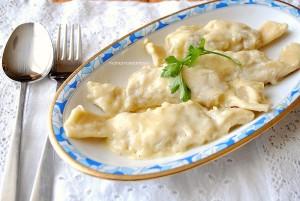 caramelle di pasta ripiene di patate su letto di fonduta