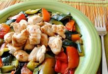 Bocconcini di pollo con zucchine e peperoni profumati alla menta