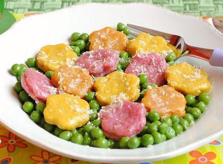 Fiori di gnocchi colorati su un prato di pisellini