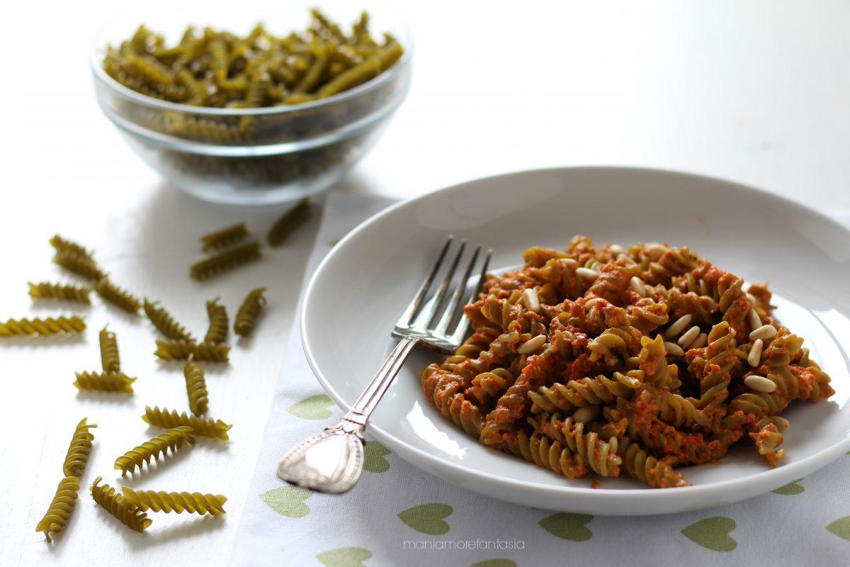 pasta con farina di piselli al pesto di pomodori