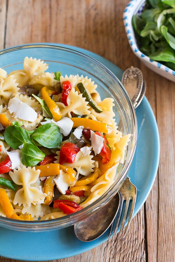 insalata di pasta fredda con verdure al forno e ricotta stagionata