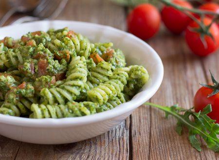 Pasta al pesto di rucola, con pomodorini e ricotta affumicata