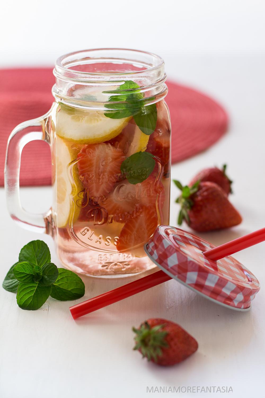 acqua detox alle fragole con limone e menta