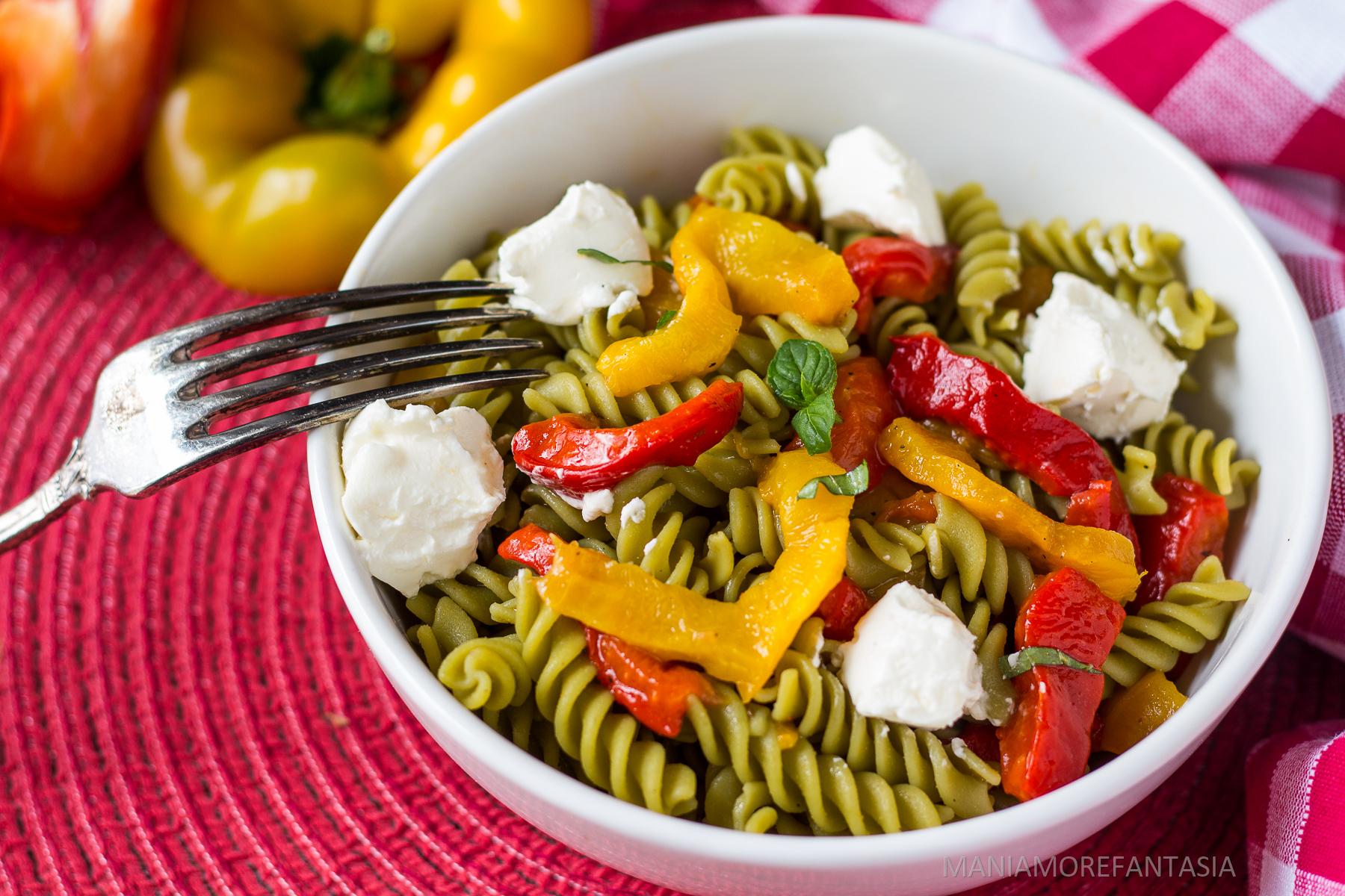 insalata di pasta di piselli con peperoni