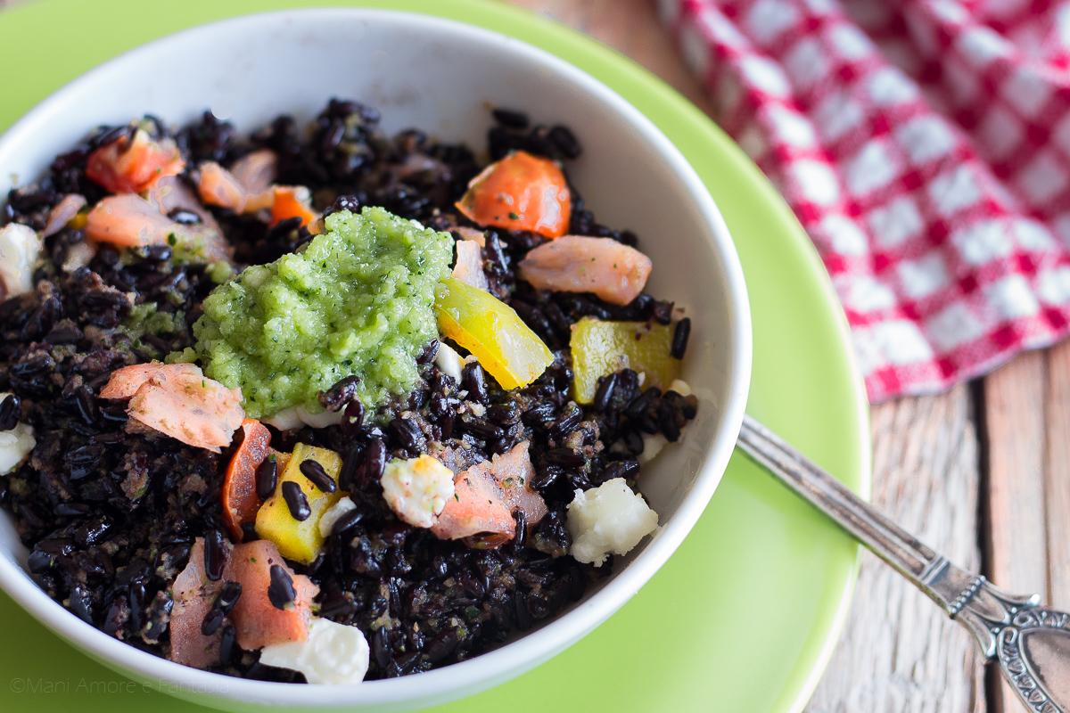 insalata di riso nero con salmone peperoni