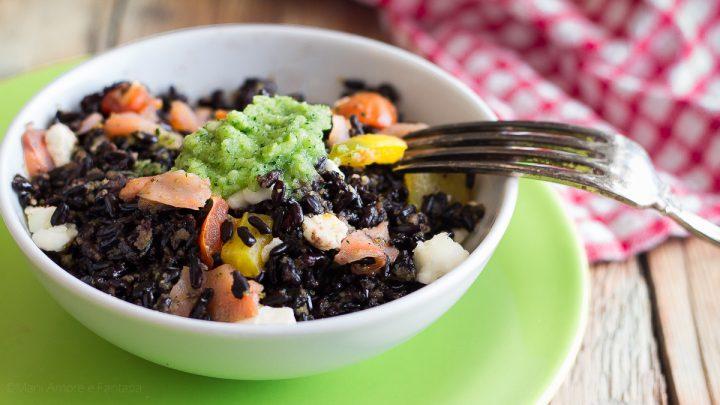 insalata di riso nero con salmone peperoni e pesto di zucchine