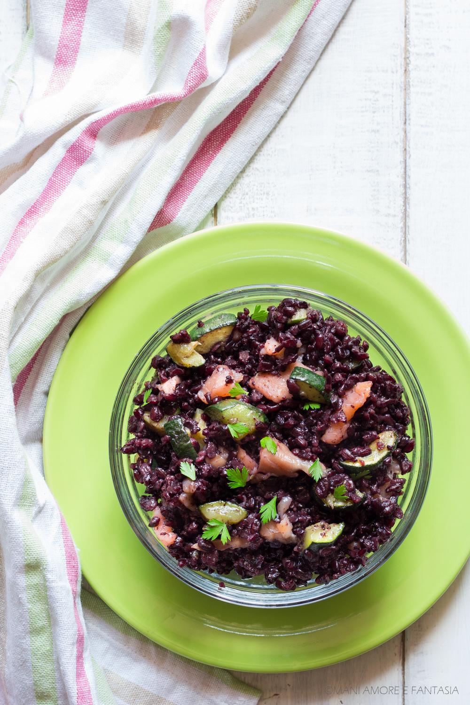 insalata di riso venere con zucchine e salmone