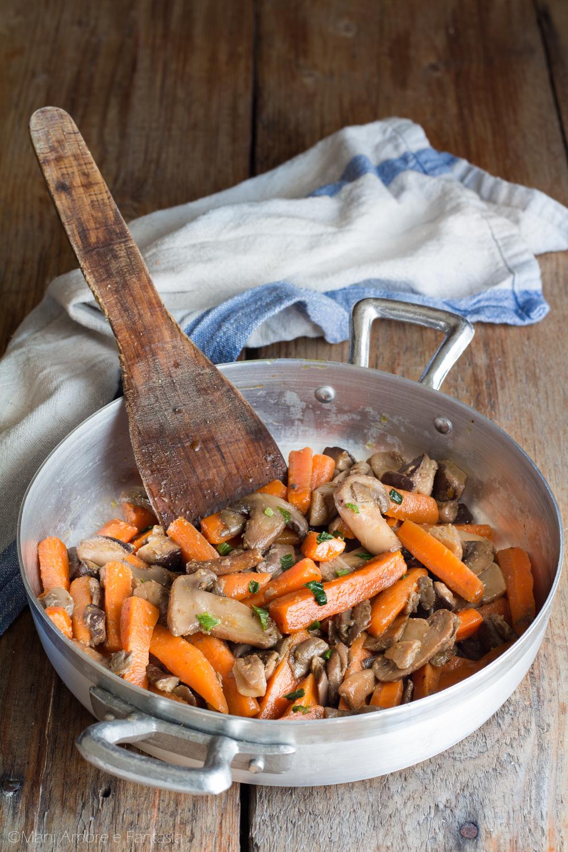 contorno di funghi e carote in padella