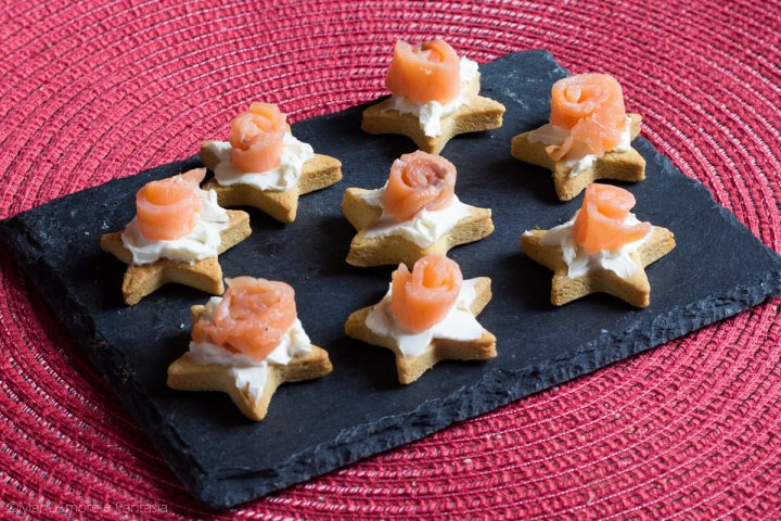 stuzzichini al salmone affumicato, biscotti salati antipasti