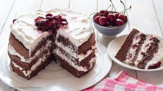 torta al cacao con panna e ciliegie