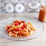 Pasta con pesto di pomodorini, ricotta e pomodori secchi