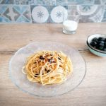 Spaghetti con paprika, yogurt e olive