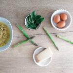 Minestra di asparagi con uova, vino e formaggio