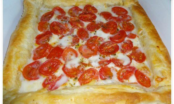 Torta salata di sfoglia con pomodorini e mozzarella