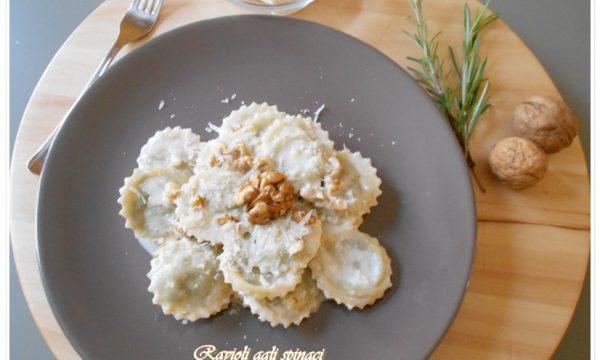[:it]Ravioli agli spinaci con salsa di gorgonzola e noci[:en]Ravioli agl[:]