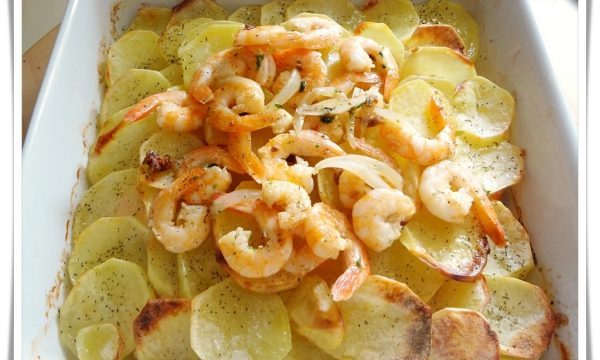 Salmone al forno con patate e gamberetti