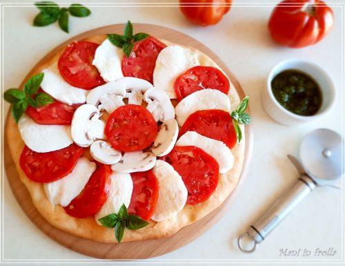 Focaccia caprese con champignons e salsa verde