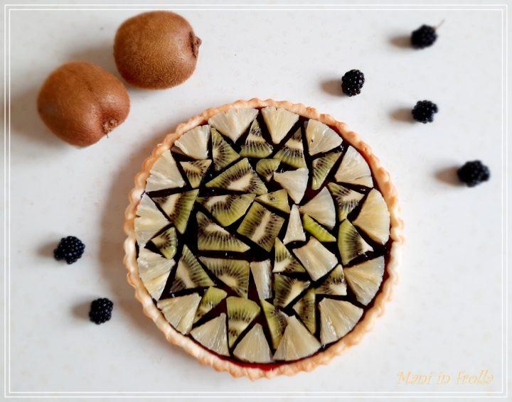 Crostata geometrica con ananas e kiwi