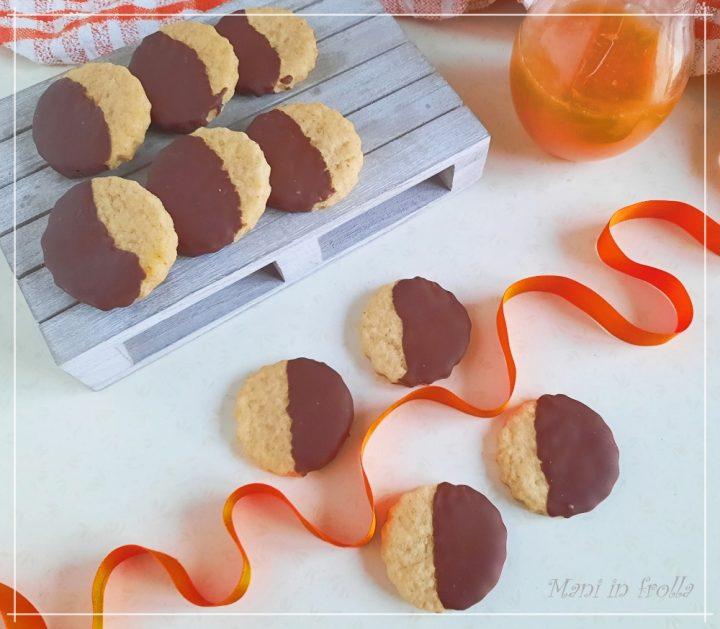 Biscotti all'arancia ricoperti di cioccolato - senza uova