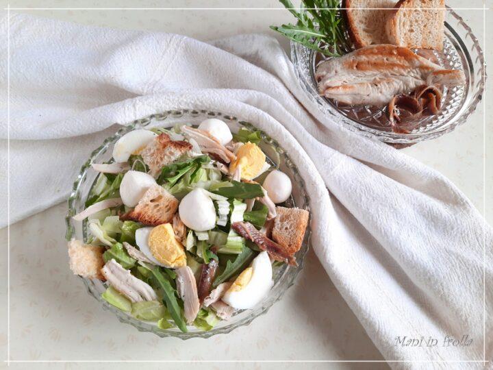 Insalata di pollo grigliato con acciughe rucola e uova