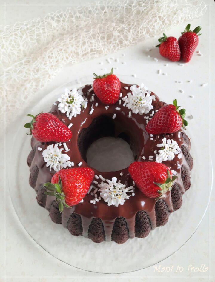 Torta al cacao e fragole con glassa al cioccolato fondente