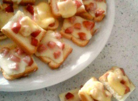 Crostoni wurstel e formaggio
