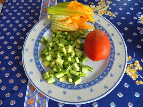 Tagliatelle con zucchine fiori di zucchina e funghi - Funghi secchi a bagno ...