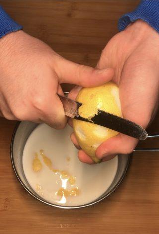 Scorza di limone, latte e vanillina