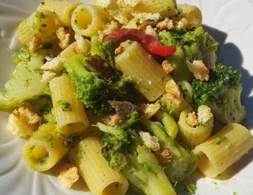 Pasta con broccoletti, acciughe e peperoncino