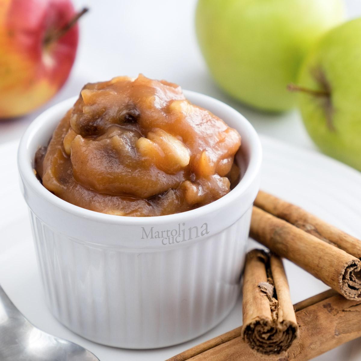 Composta di mele, uvetta e pinoli in microonde