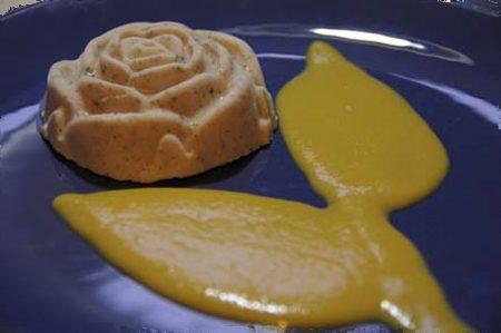Roselline di panna cotta speziata con zabaione allo zafferano (in micro)