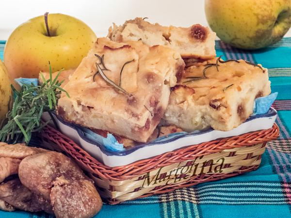 Torta di pane, frutta e ricotta al rosmarino