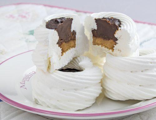 Cestini di meringhe al caramello e cioccolato al sale