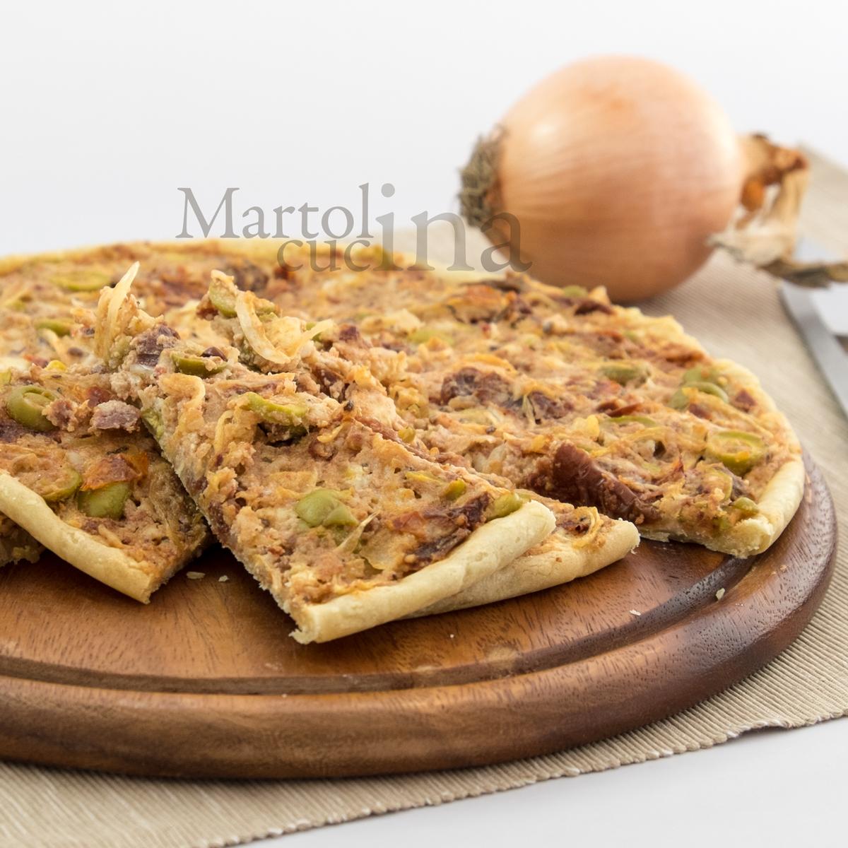 Torta di frolla salata con feta, cipolle e pomodorini secchi