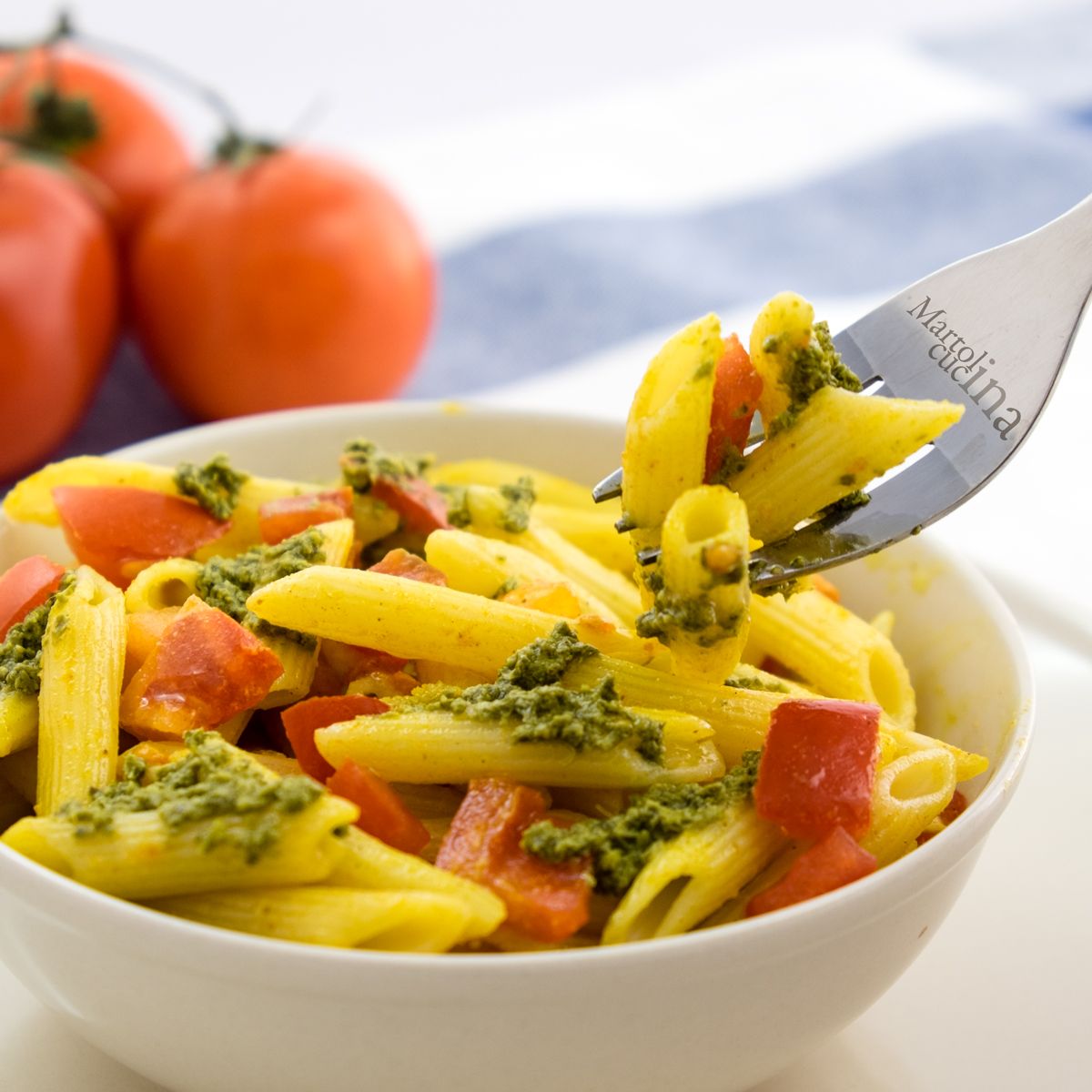 Pasta al pesto, pomodorini e zafferano