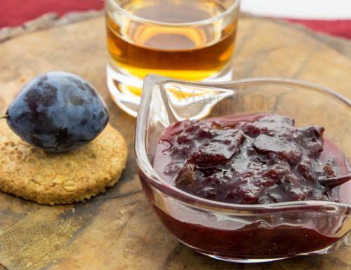 Conserva di prugne, uvetta e rum