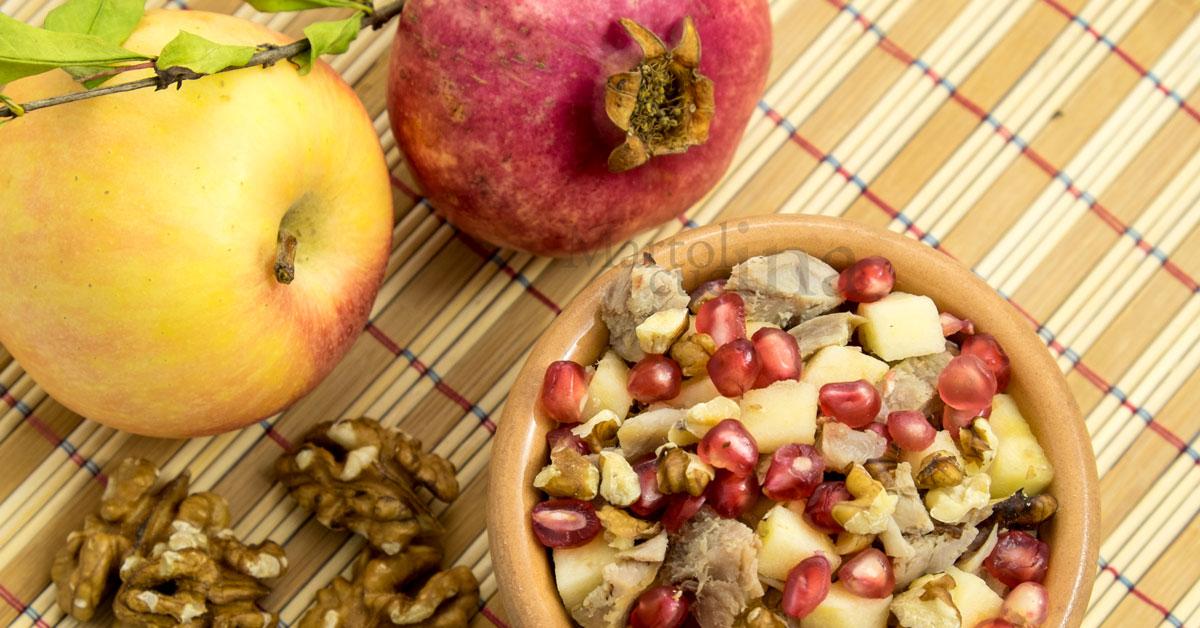 Insalata di tacchino con melograno, mele e noci