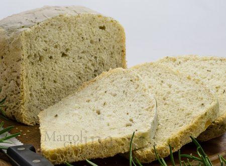 Pane al rosmarino con lievito madre nella macchina del pane