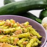 Pasta al pesto di zucchine e prosciutto crudo