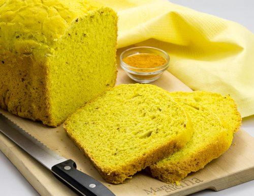 Pane alla curcuma con lievito madre nella macchina del pane