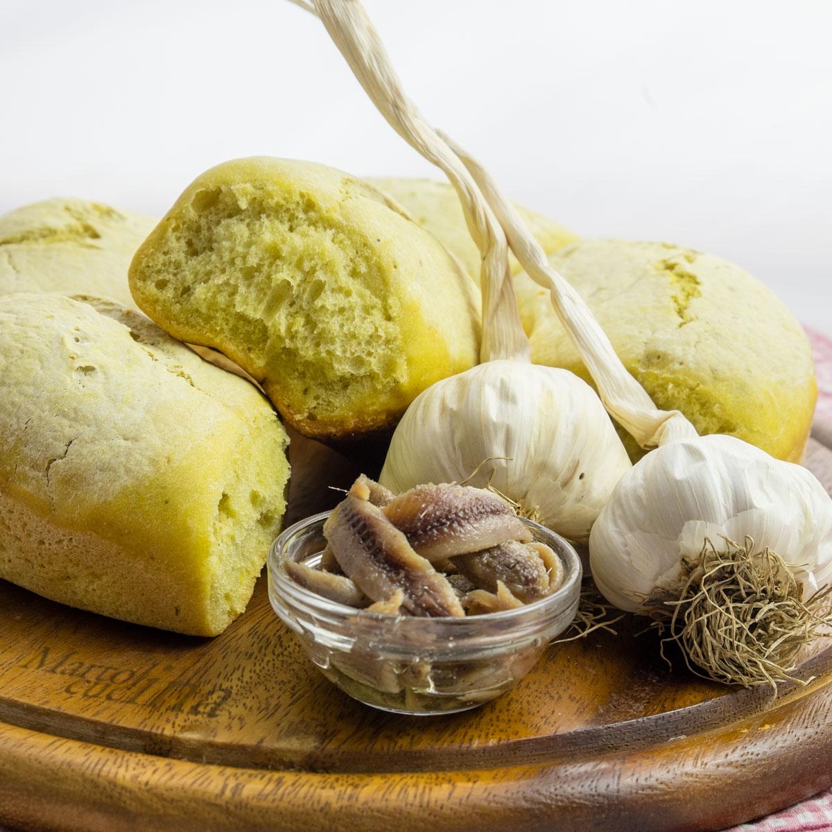 Corona di pane all'aglio e acciughe