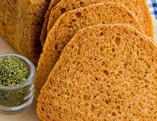Pane alla pizza con lievito madre nella macchina del pane