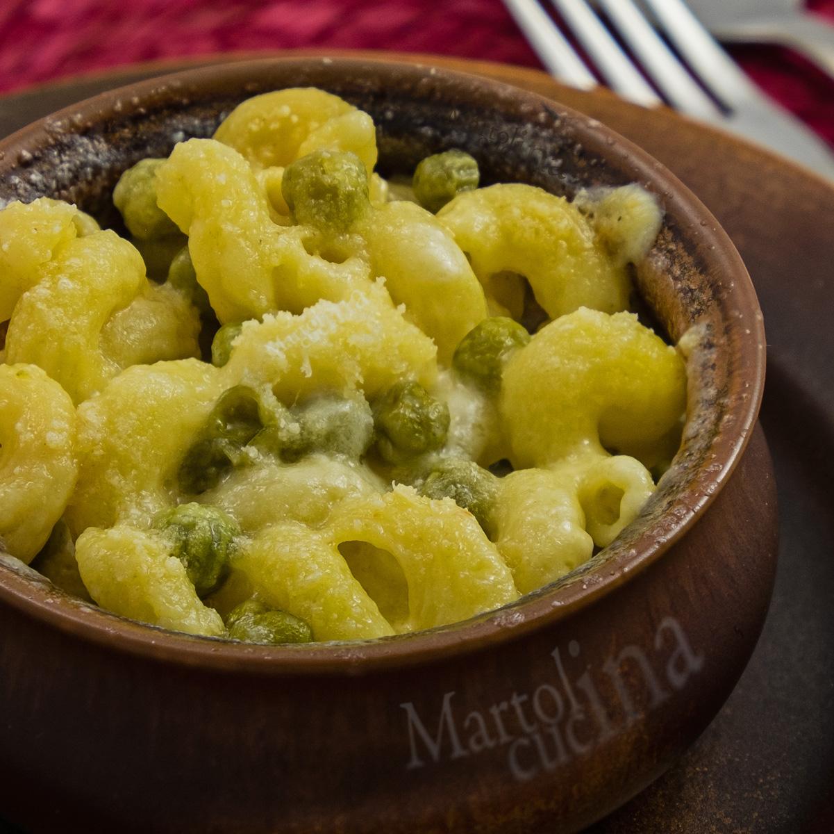 Pasta gratinata con fonduta di formaggio e piselli