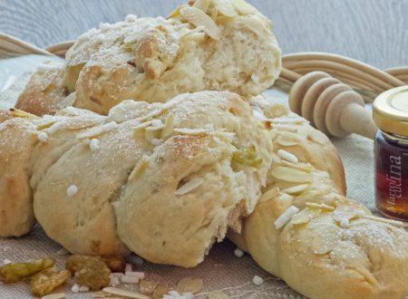 Pan brioche con uvetta, miele e mandorle