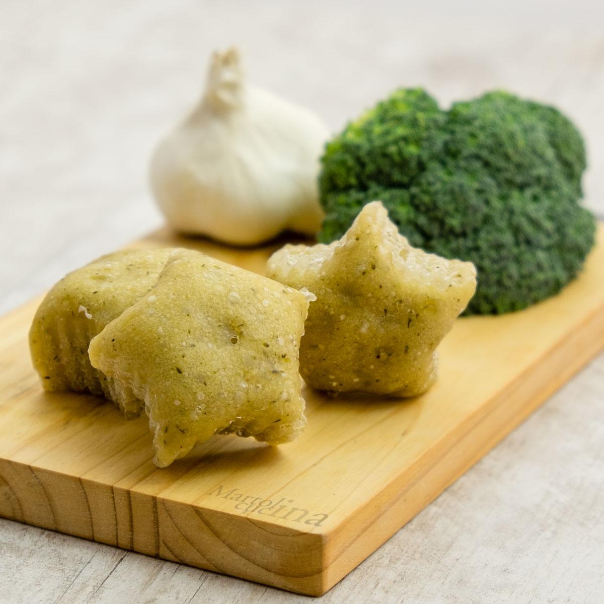 Bocconcini di pane broccoli acciughe aglio