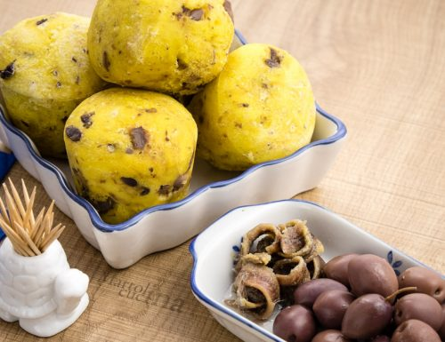 Muffin di pane olive e acciughe, ricetta facile