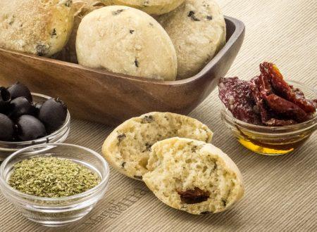 Panini alle olive, pomodorini e origano