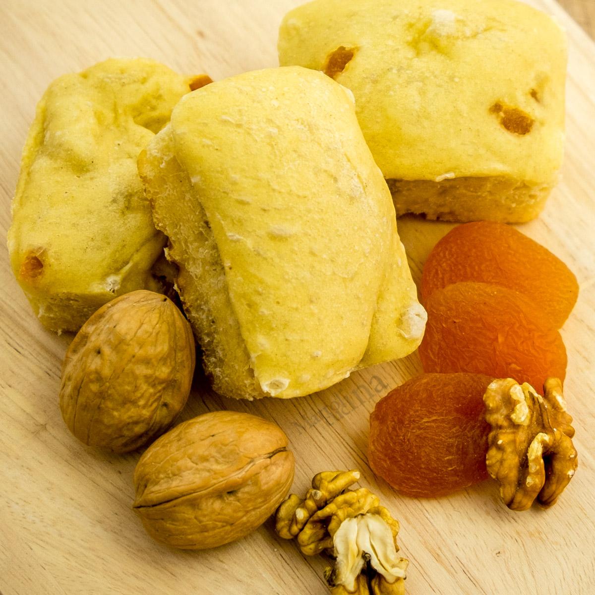 Plumcake di pane con noci e albicocche
