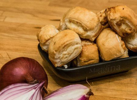 Bocconcini di sfoglia con cipolle rosse e formaggio
