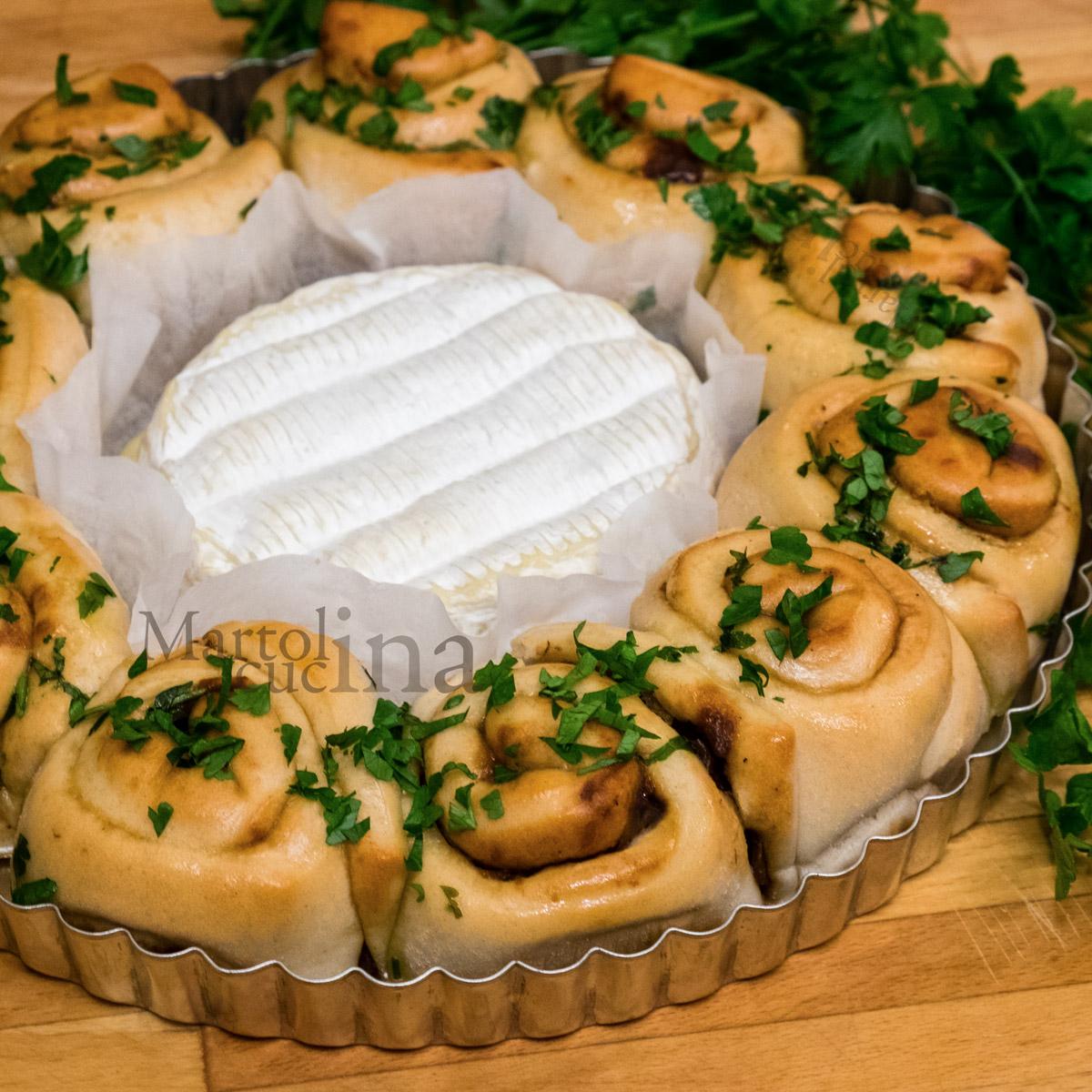 Camembert con torta di rose e cipolle caramellate